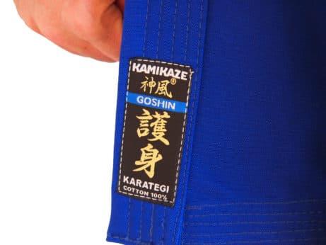 kimono-karate-gi-kamikaze-goshin-etiquette-sur-veste-bleue
